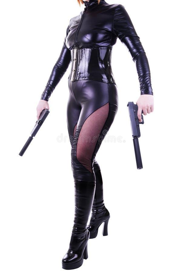 Reizvolle Frau, die 2 Gewehren anhält stockfotos