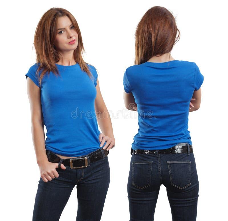 Reizvolle Frau, die unbelegtes blaues Hemd trägt stockbild