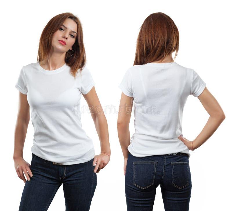 Reizvolle Frau, die unbelegtes weißes Hemd trägt lizenzfreies stockbild