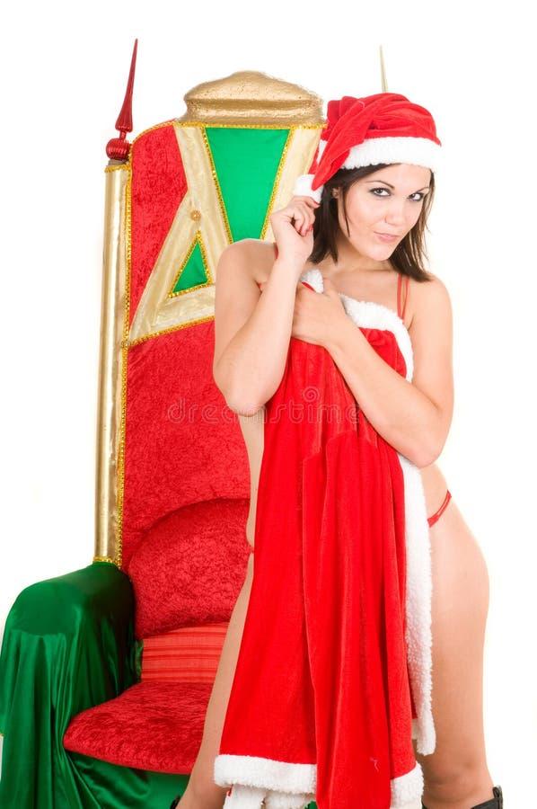 Reizvolle Frau, die Weihnachtsmann-Kleidung trägt lizenzfreie stockfotografie
