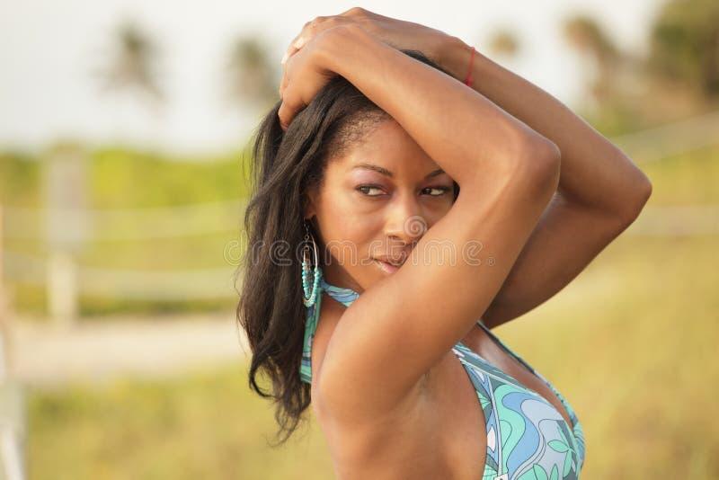 Reizvolle Frau in einem Bikini lizenzfreies stockbild