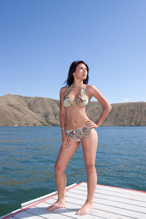 Reizvolle Frau im Bikini lizenzfreies stockbild