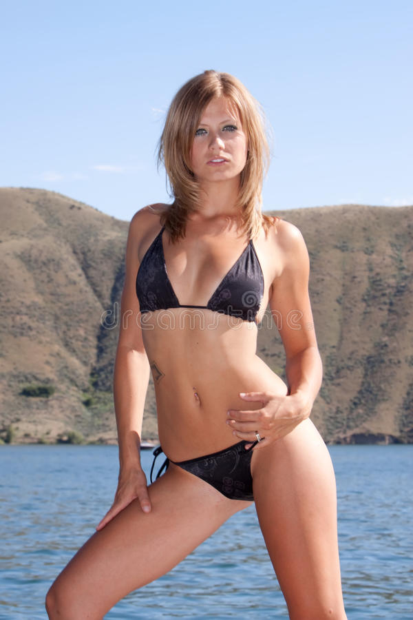 Reizvolle Frau im Bikini lizenzfreies stockfoto