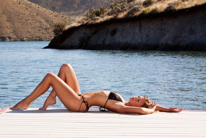 Reizvolle Frau im Bikini lizenzfreie stockfotos