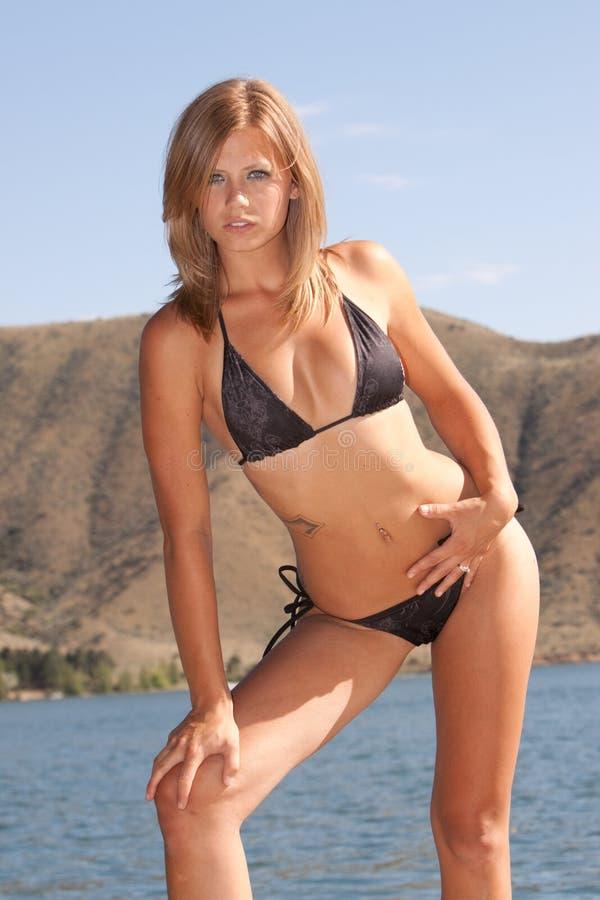 Reizvolle Frau im Bikini lizenzfreie stockbilder