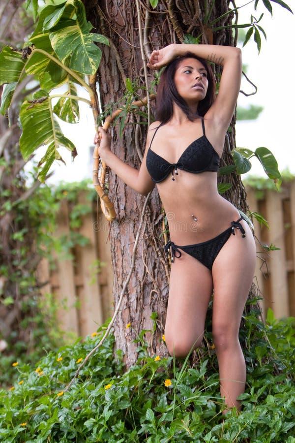 Reizvolle Frau im Bikini stockbilder