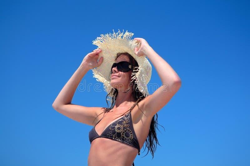 Reizvolle Frau im Bikini und im Hut stockfotografie