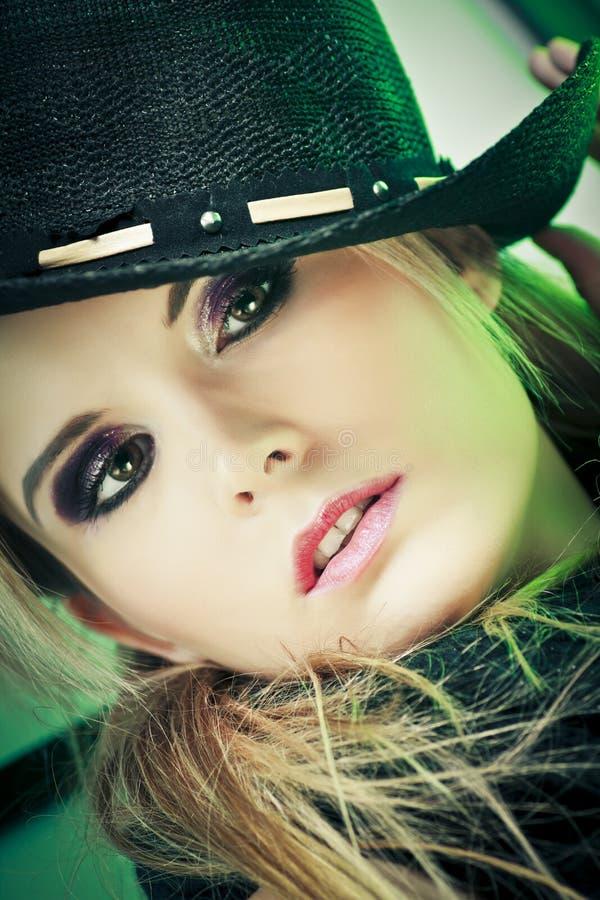 Reizvolle Frau im Cowboyhut lizenzfreie stockbilder