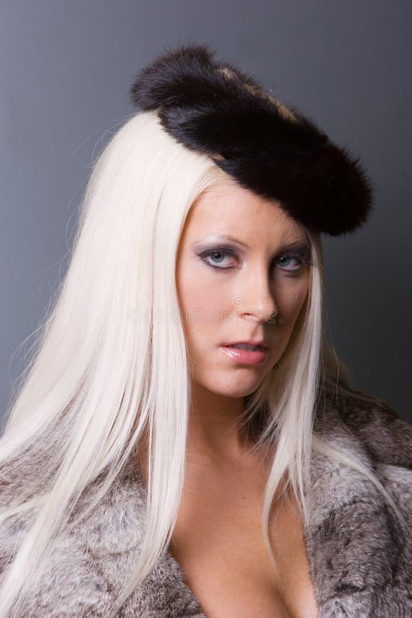 Modische sexy Frau im Pelz — Stockfoto © stetsik #133204128