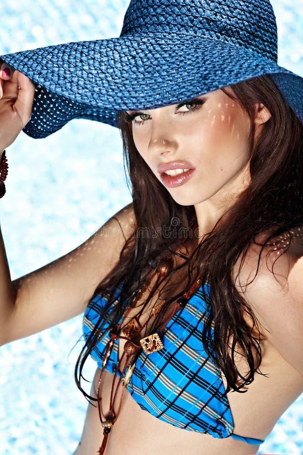 reizvolle Frau im Pool stockbild