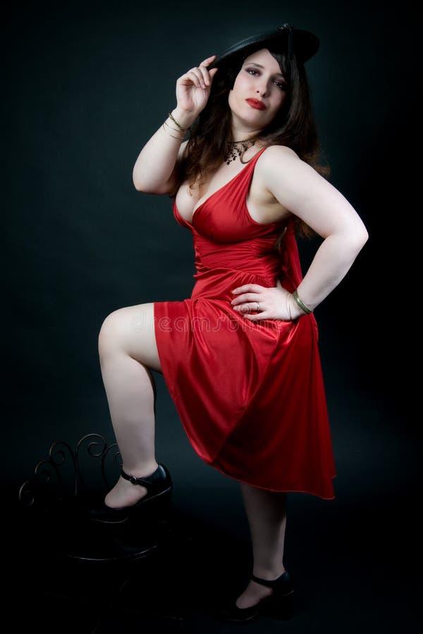 Reizvolle Frau im roten Kleid lizenzfreie stockbilder