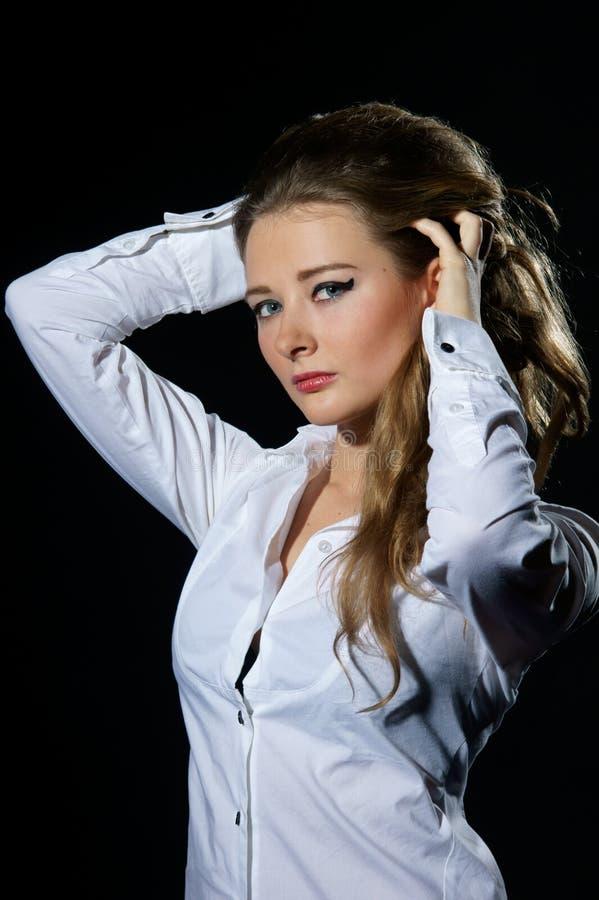 Reizvolle Frau im weißen Hemd stockfotografie