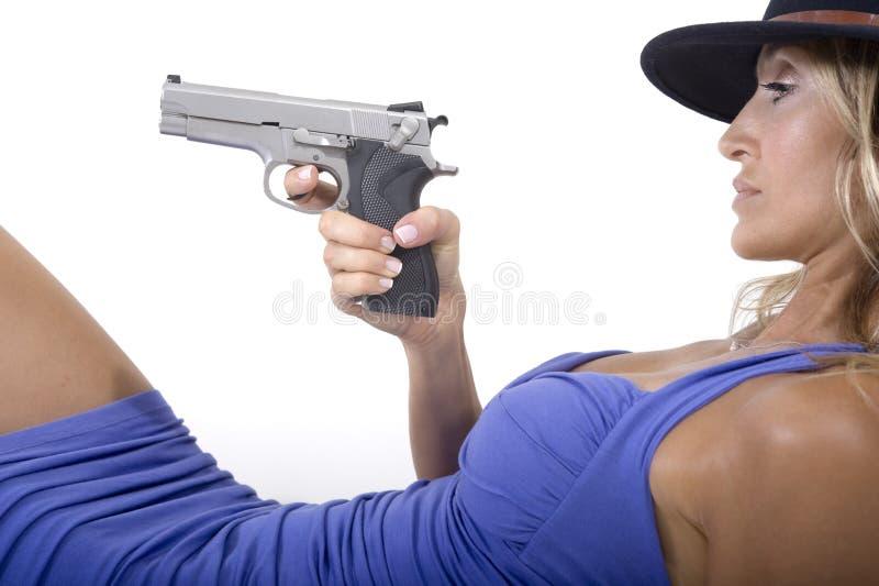 Reizvolle Frau mit einer Gewehr stockfotografie