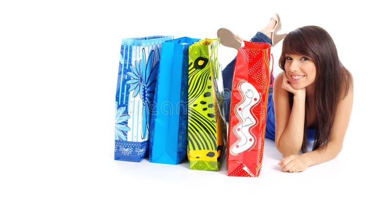 Reizvolle Frau mit Einkaufstasche stockbild