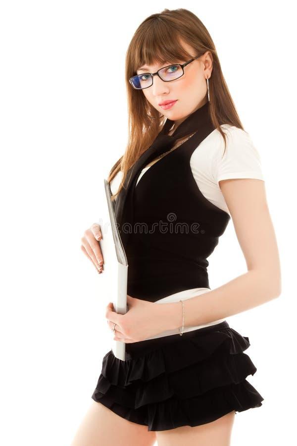 Reizvolle Frau mit Faltblattstellung stockfotografie