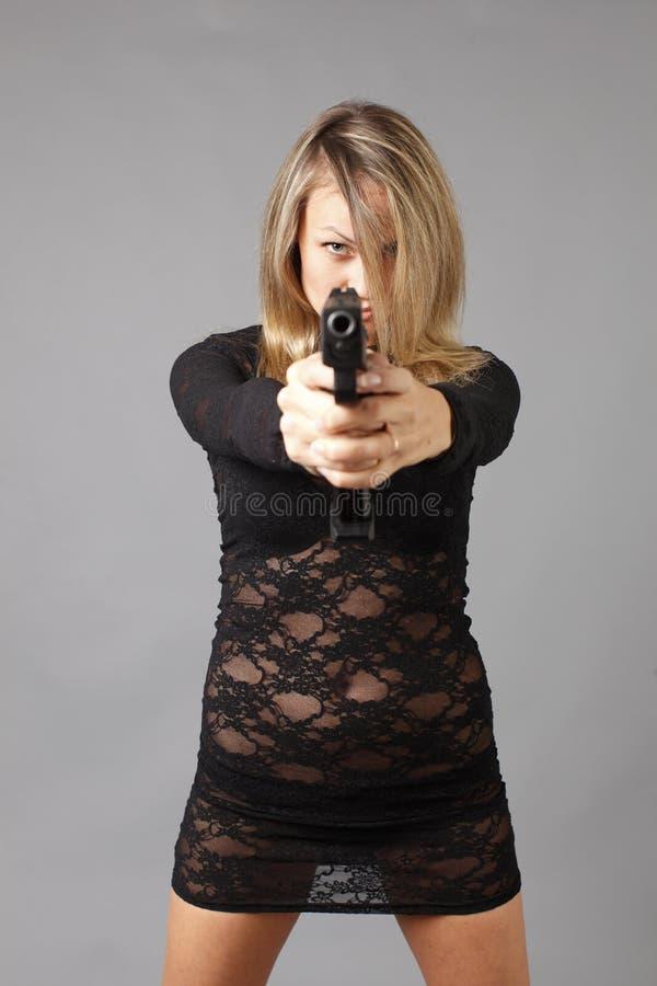 Reizvolle Frau mit Gewehr lizenzfreies stockbild