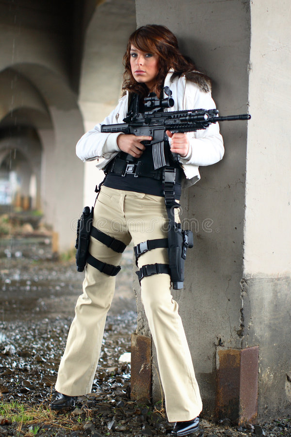 Reizvolle Frau mit Gewehr lizenzfreie stockfotos