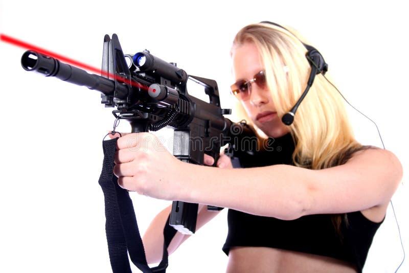 Reizvolle Frau mit Gewehren lizenzfreies stockbild