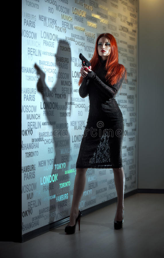 Reizvolle Frau mit Pistole stockfotografie