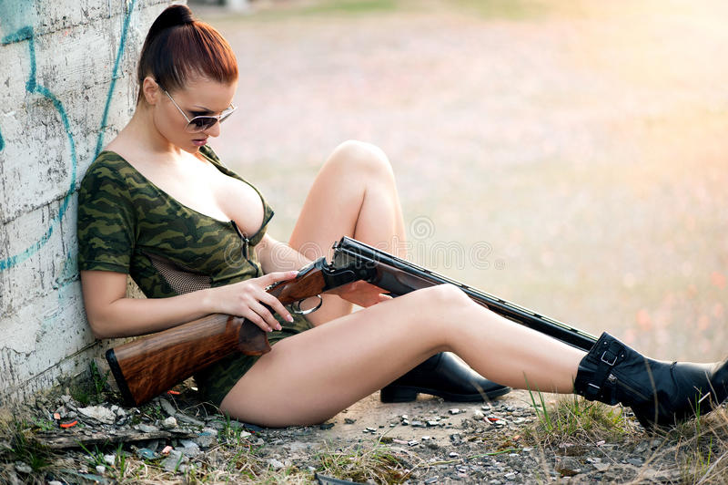 Reizvolle Frau mit Waffe lizenzfreies stockbild
