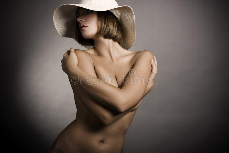 Reizvolle Frau und Hut lizenzfreie stockfotos