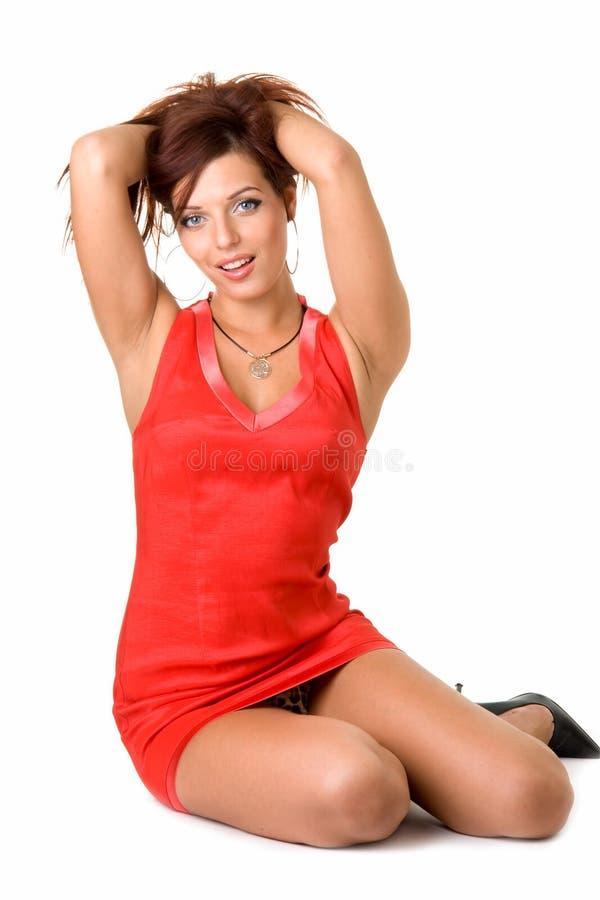 Reizvolle Frau in wenigem rotem Kleid stockfotos