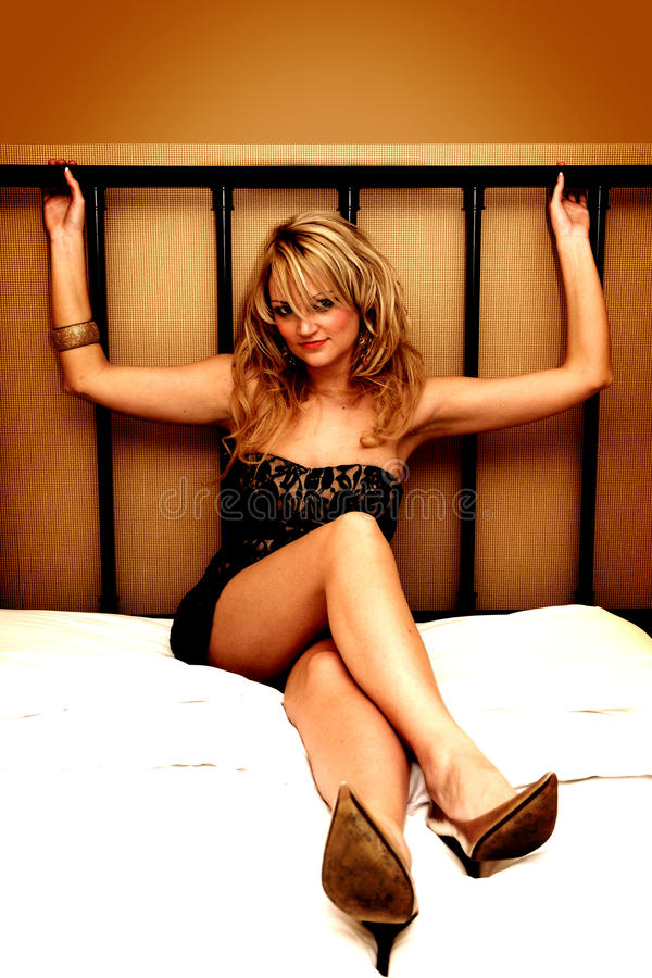 Reizvolle Frauen auf Bett lizenzfreie stockfotos