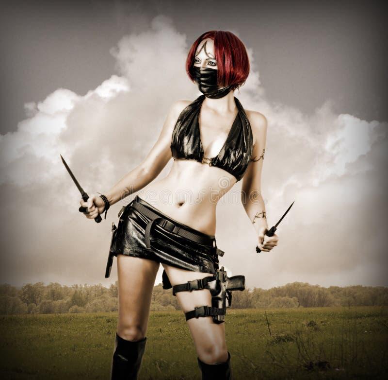Reizvolle gefährliche Frau in der schwarzen Schablone lizenzfreies stockfoto