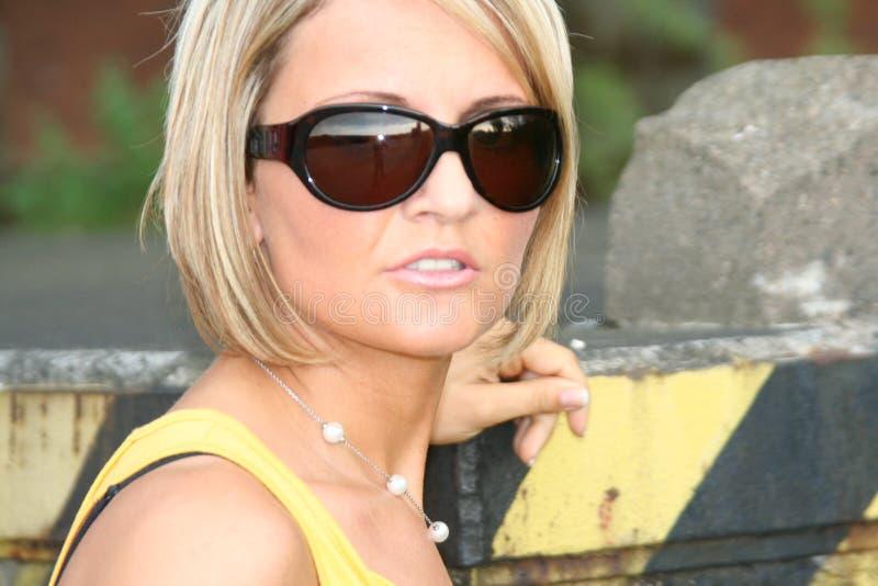 Reizvolle gelbe und schwarze Frau lizenzfreie stockfotografie
