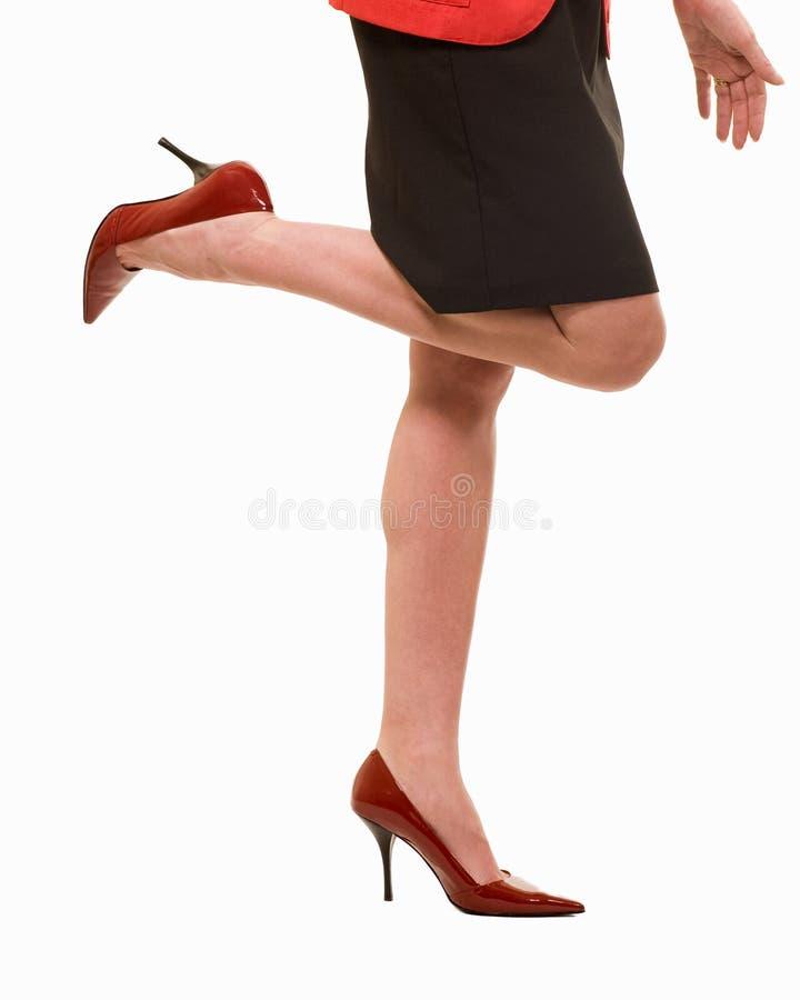 Reizvolle Geschäftsfraufahrwerkbeine, die Fersen tragen stockbild
