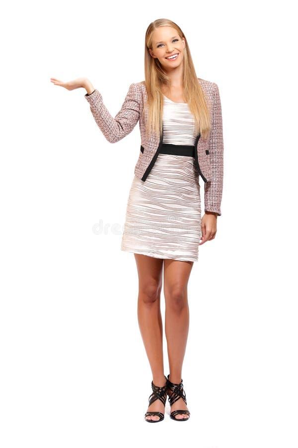Reizvolle Geschäftsfrauholding etwas auf ihrer Palme stockbild