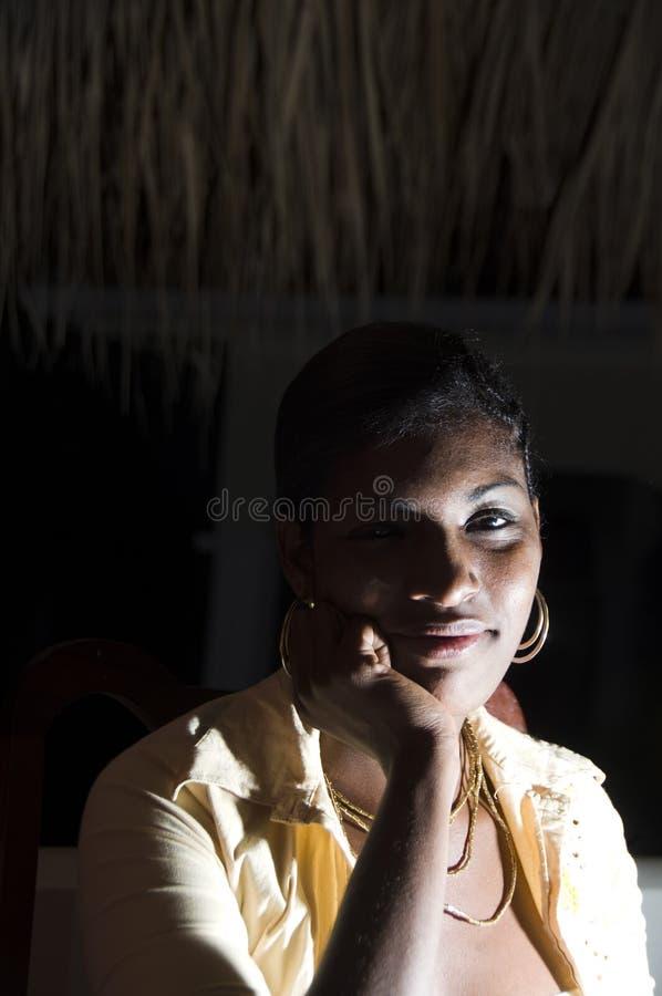 Reizvolle hispanische lateinische schwarze Nicaraguafrau lizenzfreies stockbild