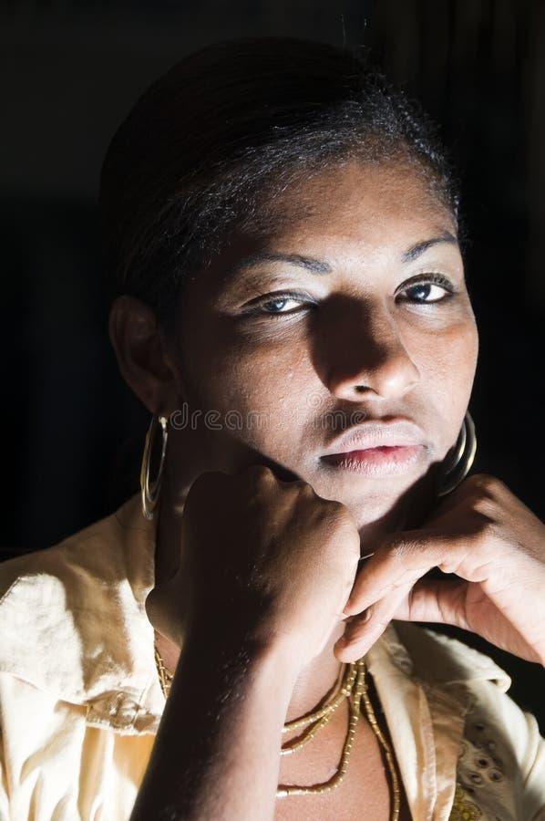 Reizvolle hispanische lateinische schwarze Nicaraguafrau stockfoto