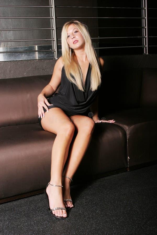Reizvolle junge blonde Frau stockfotografie