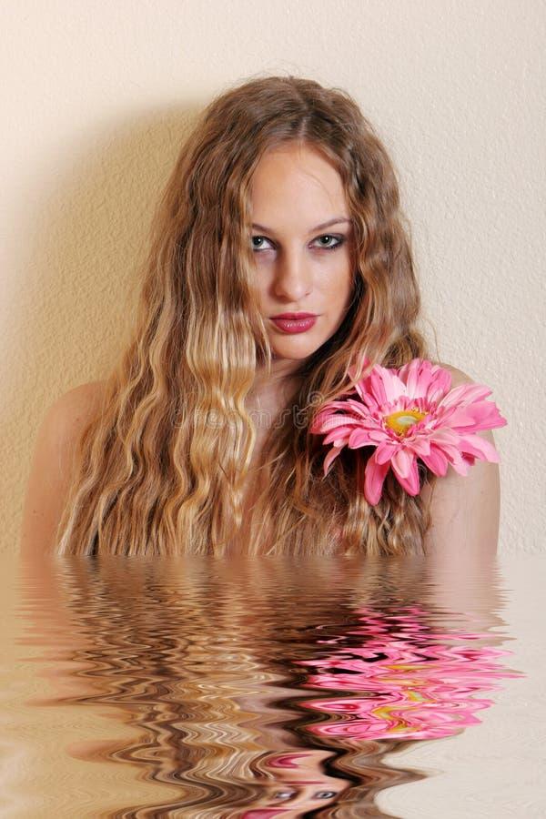 Reizvolle junge blonde Frau stockbilder