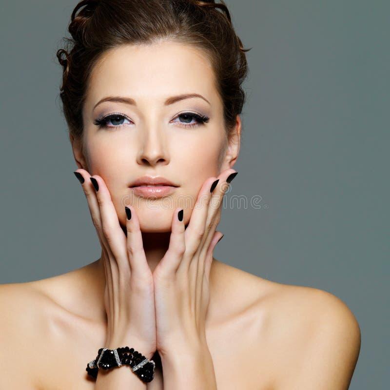 Reizvolle junge Frau des Zaubers mit schwarzen Nägeln lizenzfreies stockfoto