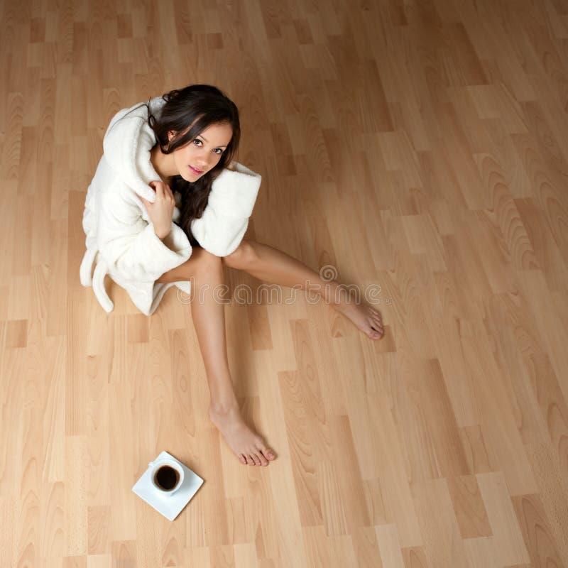 Reizvolle junge Frau in einem Bademantel lizenzfreies stockfoto