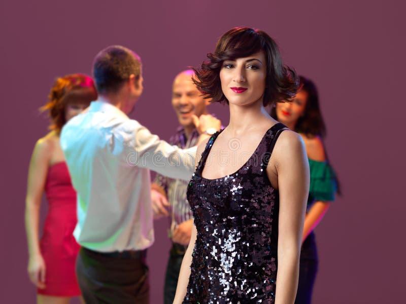 Reizvolle, junge Frau in einem Nachtclub lizenzfreies stockfoto
