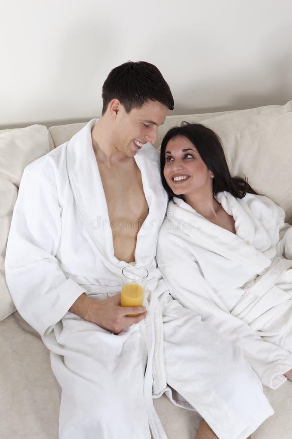 Reizvolle junge Paare morgens, die frühstücken lizenzfreie stockfotografie