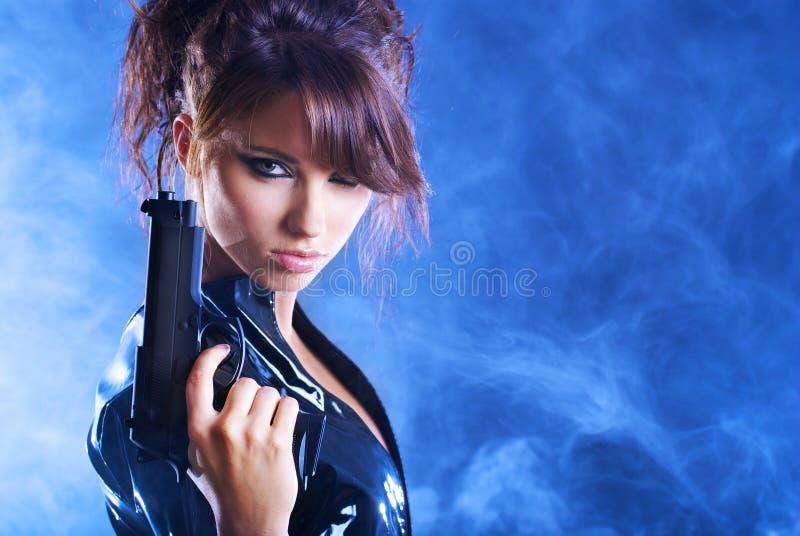 Reizvolle Mädchenholdinggewehr lizenzfreie stockbilder