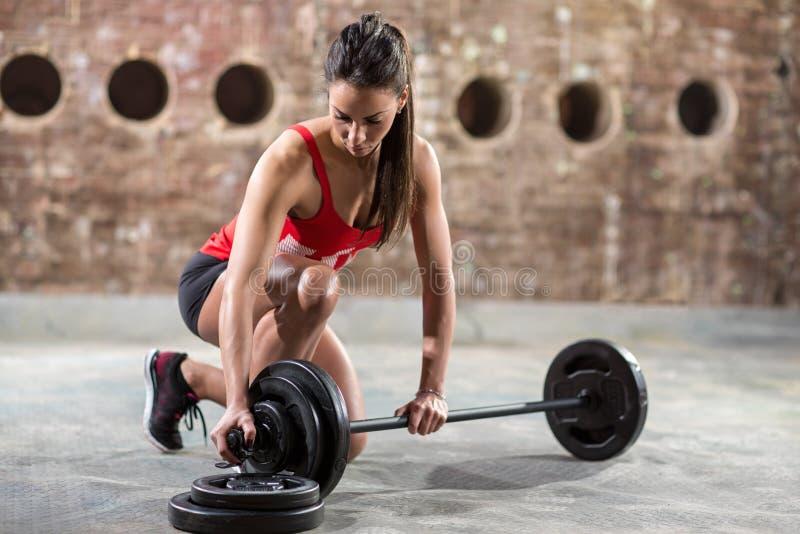 Reizvolle muskulöse Frau lizenzfreies stockfoto