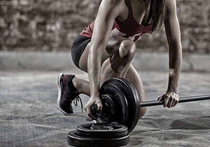 Reizvolle muskulöse Frau lizenzfreie stockbilder