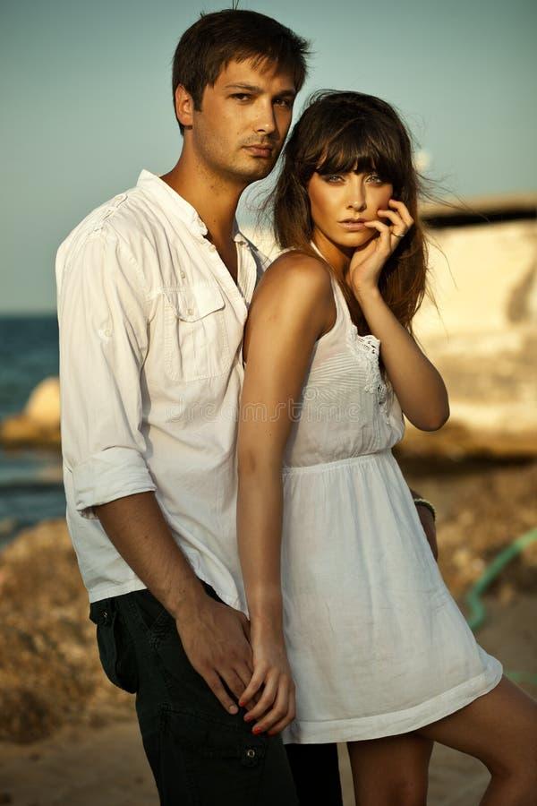 Reizvolle Paare auf Ferien lizenzfreie stockfotos