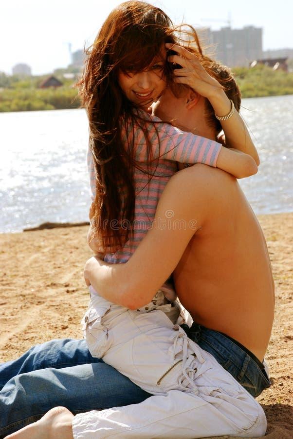 Reizvolle Paare auf Strand lizenzfreies stockbild