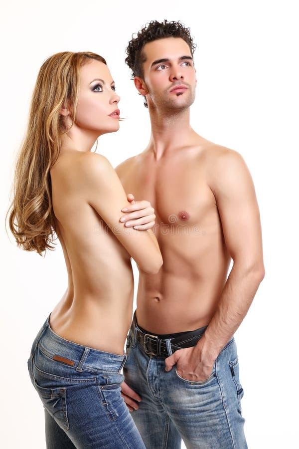 Reizvolle Paare, die auf weißem Hintergrund aufwerfen stockfoto