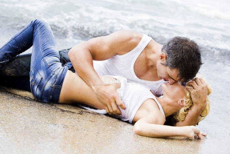 Reizvolle Paarneigung Lizenzfreie Stockbilder