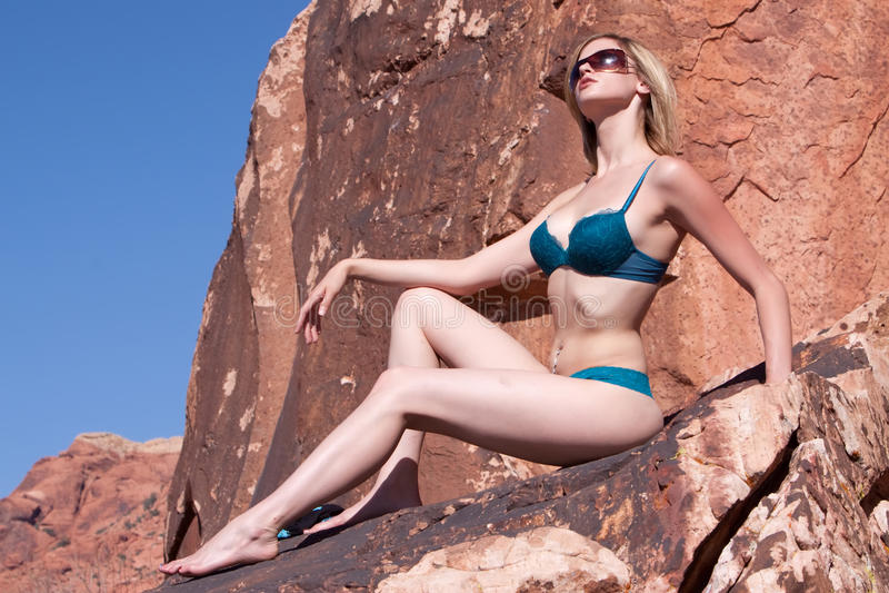 Reizvolle schöne Frau im Bikini stockfoto