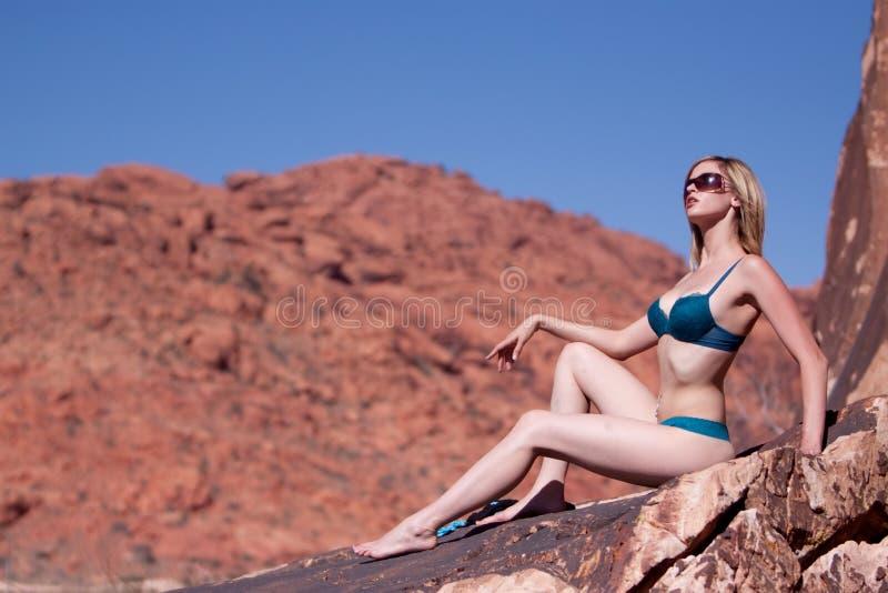 Reizvolle schöne Frau im Bikini stockfotografie