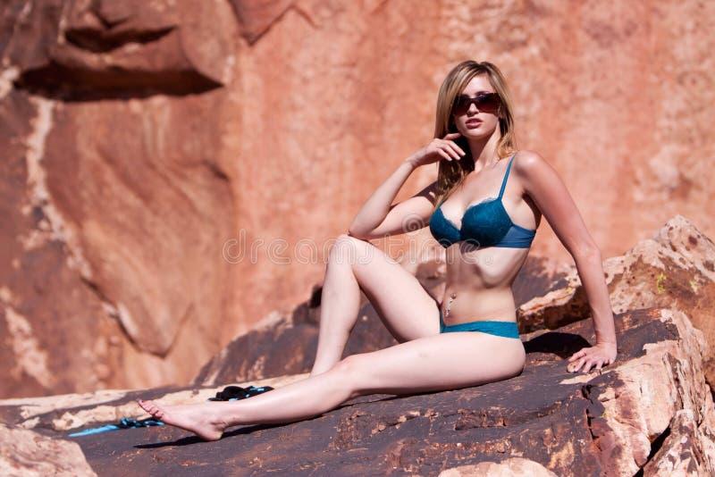 Reizvolle schöne Frau im Bikini lizenzfreie stockbilder