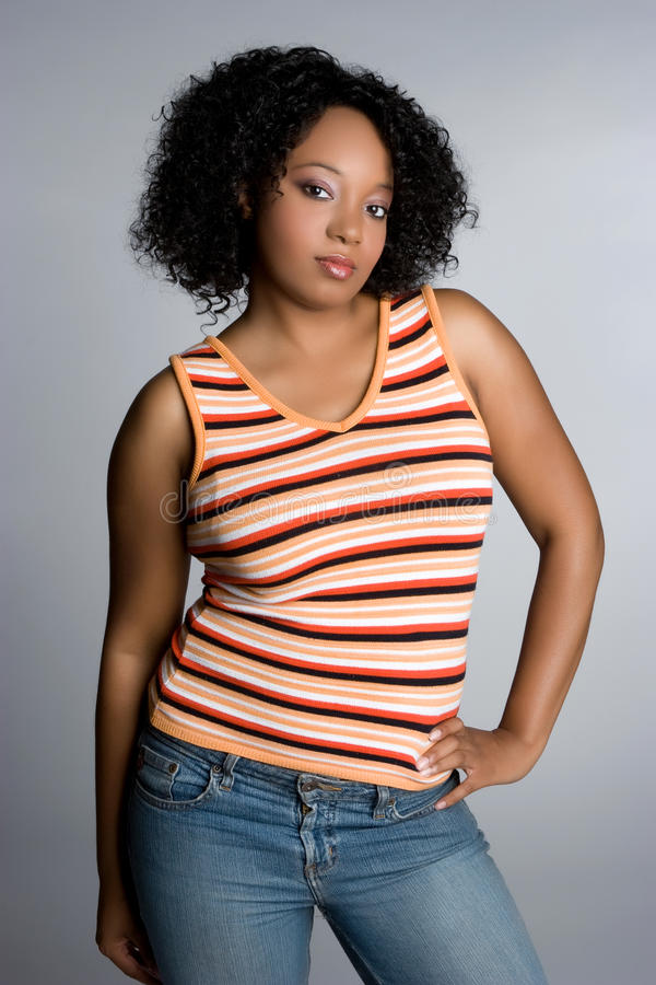 Reizvolle schwarze Frau lizenzfreie stockfotografie